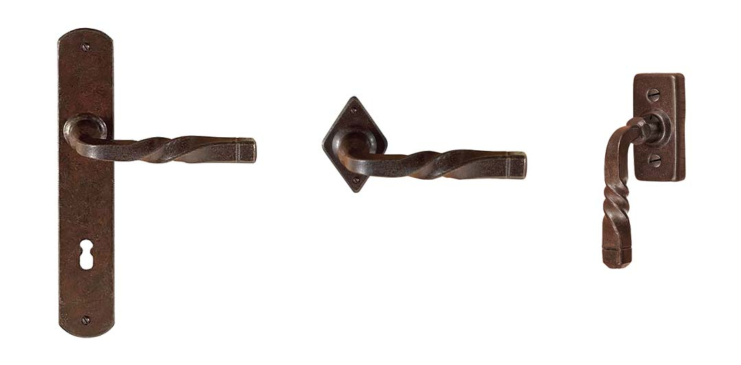 De collectie van Utensil Legno bevat deurbeslag en raambeslag in de uitgesproken finish 'roest'