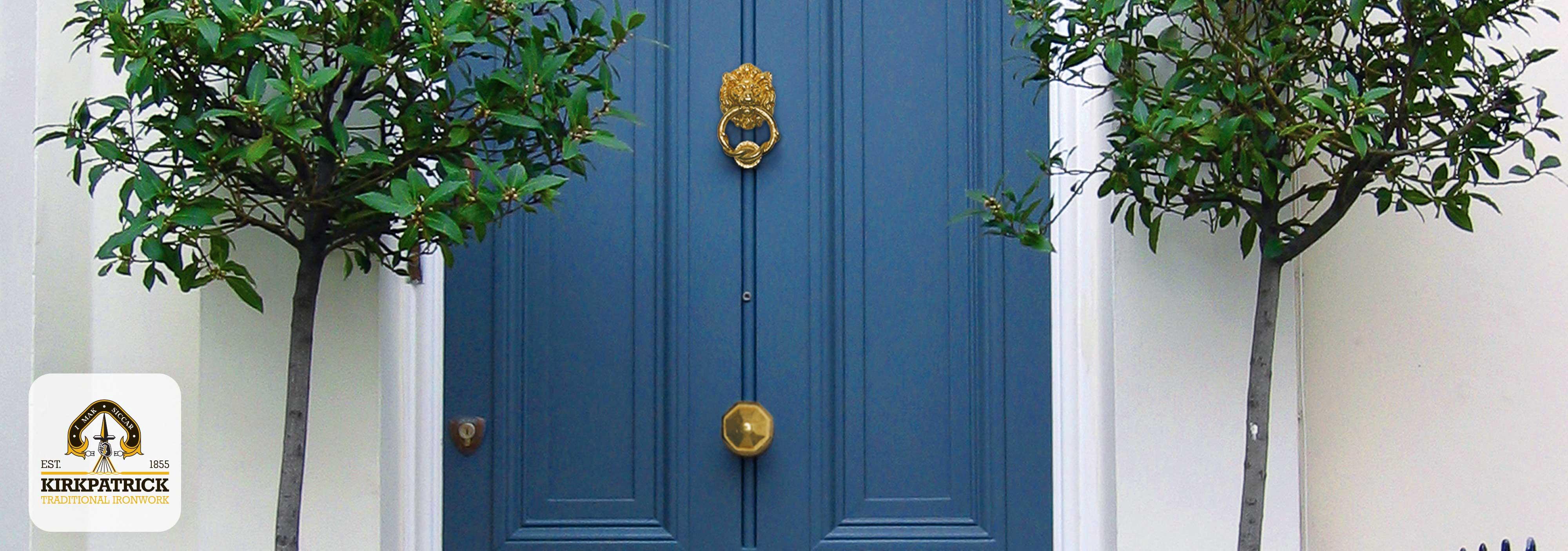 Sfeerimpressie voordeur met antiek messing voordeurbeslag